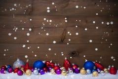 Bolas coloridas como a decoração na neve, flocos de neve do Natal Fotos de Stock