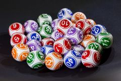 Bolas coloridas da loteria em uma máquina Fotografia de Stock Royalty Free