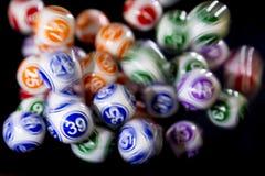 Bolas coloridas da loteria em uma máquina Foto de Stock
