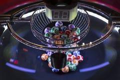 Bolas coloridas da loteria em uma máquina do loto Imagem de Stock