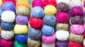 Bolas coloridas das lãs amarradas junto para o fundo Imagem de Stock