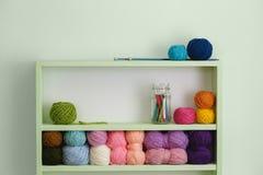 Bolas coloridas das lãs em prateleiras Fotografia de Stock Royalty Free