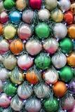 Bolas coloridas de la decoración de la Navidad y del Año Nuevo con las guirnaldas Imagen de archivo
