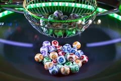 Bolas coloridas de la lotería en una máquina Foto de archivo libre de regalías