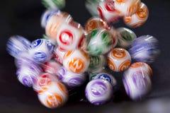 Bolas coloridas de la lotería en una máquina Imágenes de archivo libres de regalías
