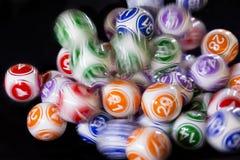 Bolas coloridas de la lotería en una máquina Foto de archivo