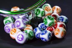 Bolas coloridas de la lotería en una máquina Fotografía de archivo