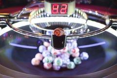 Bolas coloridas de la lotería en una máquina 23 Fotografía de archivo