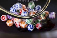 Bolas coloridas de la lotería en una máquina Imagenes de archivo