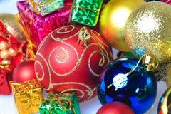Bolas coloridas de la Navidad con la caja de regalo Imagen de archivo