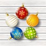 Bolas coloridas de la Navidad en fondo de madera stock de ilustración