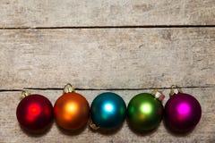 Bolas coloridas de la Navidad en fondo de madera Foto de archivo libre de regalías