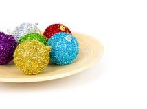 bolas coloridas de la Navidad en la placa de madera Imagen de archivo