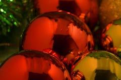 Bolas coloridas de la Navidad en un fondo de madera Fotos de archivo