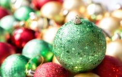 Bolas coloridas de la Navidad, fondo abstracto Foto de archivo