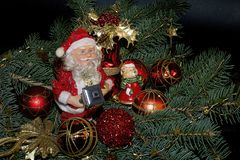 Bolas coloridas de la Navidad que brillan intensamente en el árbol Fotografía de archivo libre de regalías