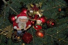 Bolas coloridas de la Navidad que brillan intensamente en el árbol Imagenes de archivo