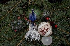 Bolas coloridas de la Navidad que brillan intensamente en el árbol Fotografía de archivo