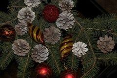 Bolas coloridas de la Navidad que brillan intensamente en el árbol Fotos de archivo