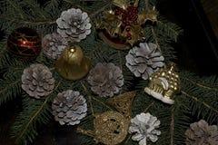 Bolas coloridas de la Navidad que brillan intensamente en el árbol Imagen de archivo libre de regalías