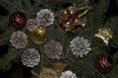 Bolas coloridas de la Navidad que brillan intensamente en el árbol Imagen de archivo