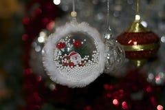 Bolas coloridas de la Navidad que brillan intensamente en el árbol de navidad Foto de archivo