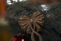 Bolas coloridas de la Navidad que brillan intensamente en el árbol de navidad Imagen de archivo