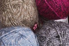 Bolas coloridas de lanas Fotos de archivo