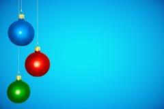 Bolas coloridas del árbol de navidad en el fondo azul Imagen de archivo libre de regalías