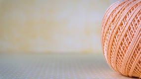 Bolas coloridas del hilado con el espacio de la copia para el texto Focuse selectivo Foto de archivo libre de regalías
