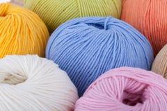 Bolas coloridas del hilado de lanas Fotografía de archivo