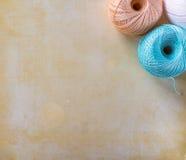Bolas coloridas del hilado en un fondo beige con el espacio de la copia Fotografía de archivo