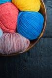 Bolas coloridas del hilo para obras de punto en cesta Foto de archivo