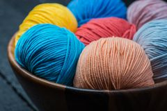 Bolas coloridas del hilo para obras de punto en cesta Imagen de archivo