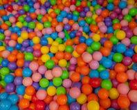Bolas coloridas del niño Bolas plásticas multicoloras Sala de juegos del ` s de Achildren Textura del fondo de bolas plásticas mu imagen de archivo libre de regalías
