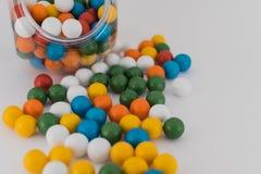 Bolas coloridas do barco dispersadas no fundo branco Imagens de Stock