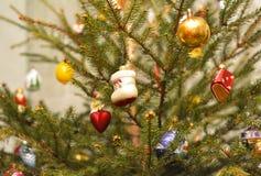 Bolas coloridas do Feliz Natal na árvore sempre-verde como um fundo dos feriados Decoração do Natal do vintage - bolas do Natal Foto de Stock Royalty Free