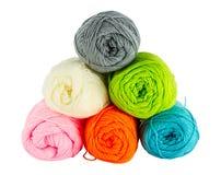 Bolas coloridas do fio para confecção de malhas Foto de Stock