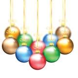 Bolas coloridas do Natal em uma fita do ouro Foto de Stock