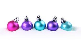 Bolas coloridas do Natal na neve Fotos de Stock