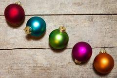 Bolas coloridas do Natal no fundo de madeira Imagens de Stock Royalty Free
