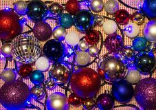 Bolas coloridas e iluminación Feliz Año Nuevo Fotografía de archivo
