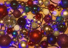Bolas coloridas e iluminación Feliz Año Nuevo Foto de archivo