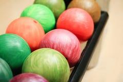 Bolas coloridas en el estante en club de los bolos, Imagen de archivo
