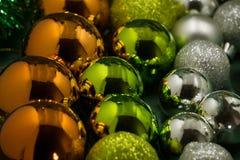 Bolas coloridas festivas de la Navidad, brillantemente decoración de Navidad Fotografía de archivo libre de regalías