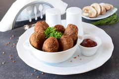 Bolas con alforfón y setas en un cuenco blanco en un fondo abstracto gris dieting Alimentos de preparación rápida Consumición san imagen de archivo