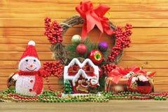 Bolas con el muñeco de nieve, bayas, regalos, gotas, hom del juguete de la Navidad del juguete Fotografía de archivo