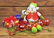 Bolas con el muñeco de nieve, regalos, gotas del juguete de la Navidad Imagen de archivo libre de regalías