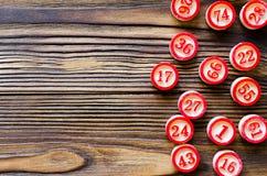 Bolas con los números para el bingo del juego fotografía de archivo