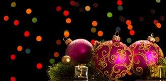 Bolas cor-de-rosa bonitas do Natal com testes padrões, lembranças pequenas, ramo do pinho no fundo cintilante Fotografia de Stock